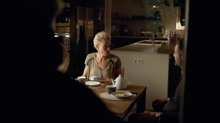 Standbild aus dem Imagefilm der Funke Mediengruppe: Ein Mann steht vor einem Terassenfenster, nur als Schattenriss zu erkennen. Drin frühstückt die Familie.
