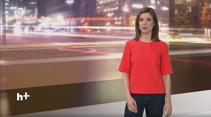 """""""heute+""""-Moderatorin Eva-Maria Lemke steht im Studio vor dem Bild einer Straße"""