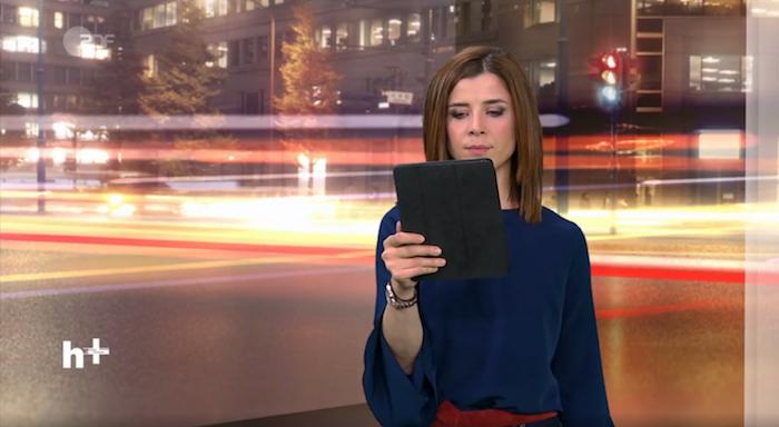 """heute+""-Moderatorin Eva-Maria Lemke mit Tablet"