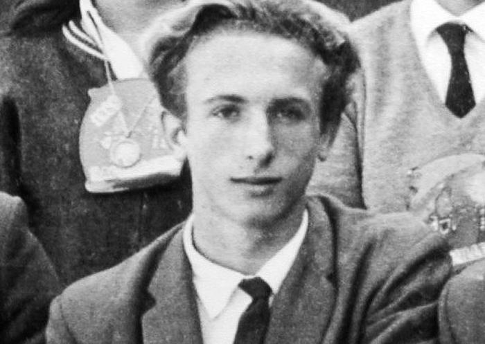 Foto (schwarz-weiß) eines jungen Mannes im Anzug mit Krawatte, offenbar dunkelblondes Haar, schmallanges Gesicht, er schaut in die Kamera.