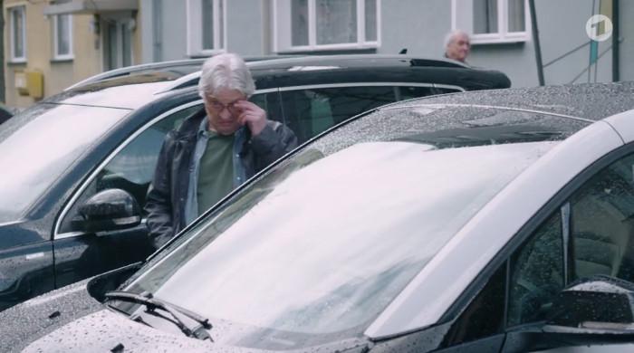 """Szene aus der """"Lindenstraße"""" (Das Erste) vom 30.4.2017. Zu sehen ist Andy Zenker, wie er über das Auto staunt, dabei das Gesicht bewundernd verzieht."""