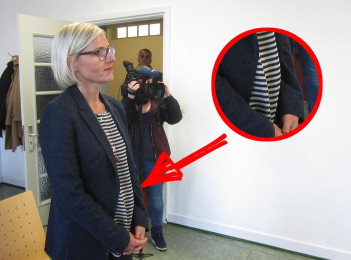 Tanja May steht in einem Saal des Hamburger Landgerichts. Sie trägt ein geringeltes Shirt, das in der Bauregion luftig geschnitten ist.