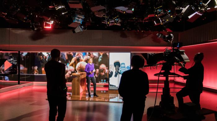 "Moderatorin Kathrin Drehkopf im Studio des NDR-Magazins ""Zapp"""
