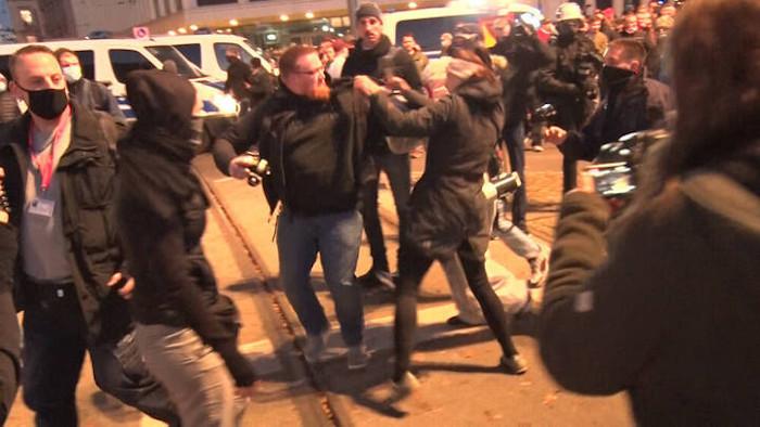 Eine Frau greift nach der Querdenken-Demo in Leipzig einen Mann an