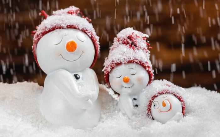 Drei künstliche Schneemänner in künstlichem Schnee