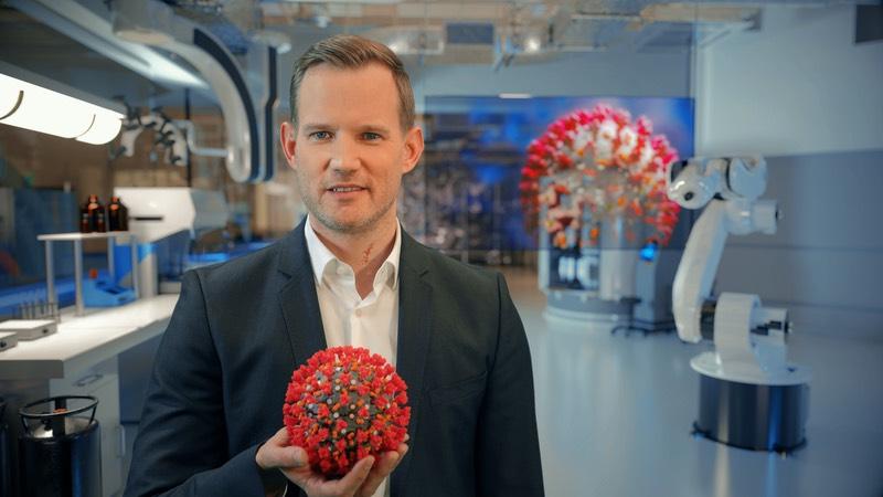 Hendrik Streeck mit Modell eines Corona-Virus