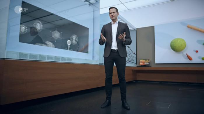 Der Wissenschaftler Hendrik Streeck steht im Hygienemuseum in Dresden