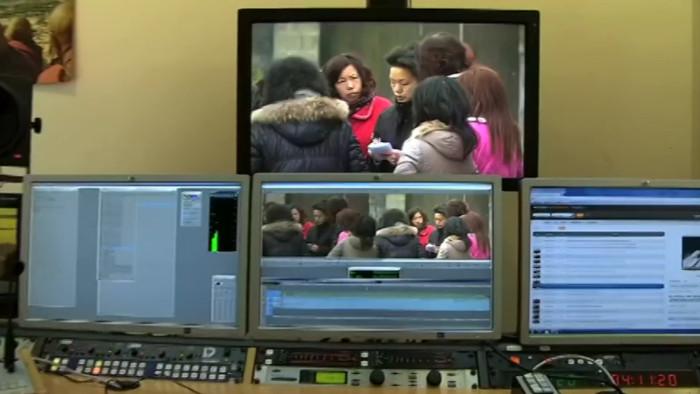Blick auf vier Monitore im Schnittraum im ARD-Studio Peking