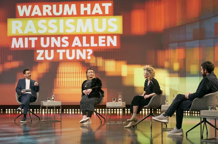 Moderator Till Nassif, Wissenschaftlerin und Sinteza-Aktivistin Roxanna Witt, Philosophin Svenja Flaßpöhler und Soziloge Aladin El-Mafaalani (v.l.)