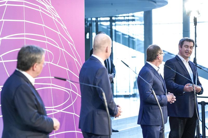 Armin Laschet und Markus Söder bei der Pressekonferenz am 11. April im Bundestag