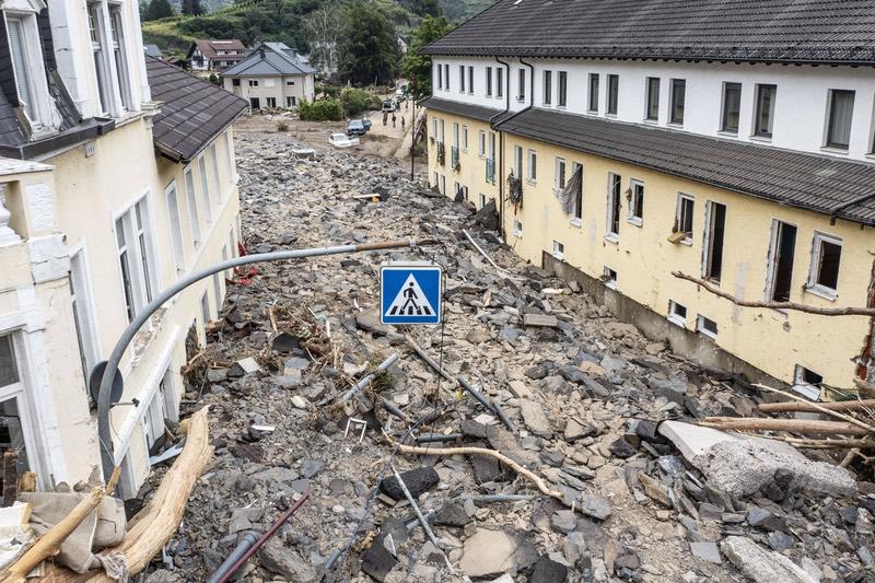 Die Hauptstraße in Mayschoss liegt nach der Hochwasserkatastrophe meterhoch unter Trümmern.