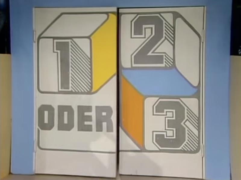 """Tür mit dem Sendungslogo von """"1, 2 oder 3"""""""