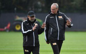 Christoph Biermann im Gespräch mit Trainer Urs Fischer beim Training des 1. FC Union