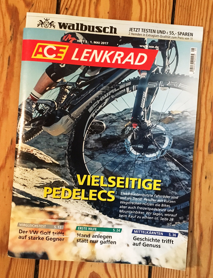 """Titel der Zeitschrift """"ACE Lenkrad"""", auf der ein Fahrrad in Nahaufnahme abgebildet ist, offenbar ein geländetaugliches Mountainbike in den Bergen. Schlagzeile: """"Vielseitige Pedelecs"""""""