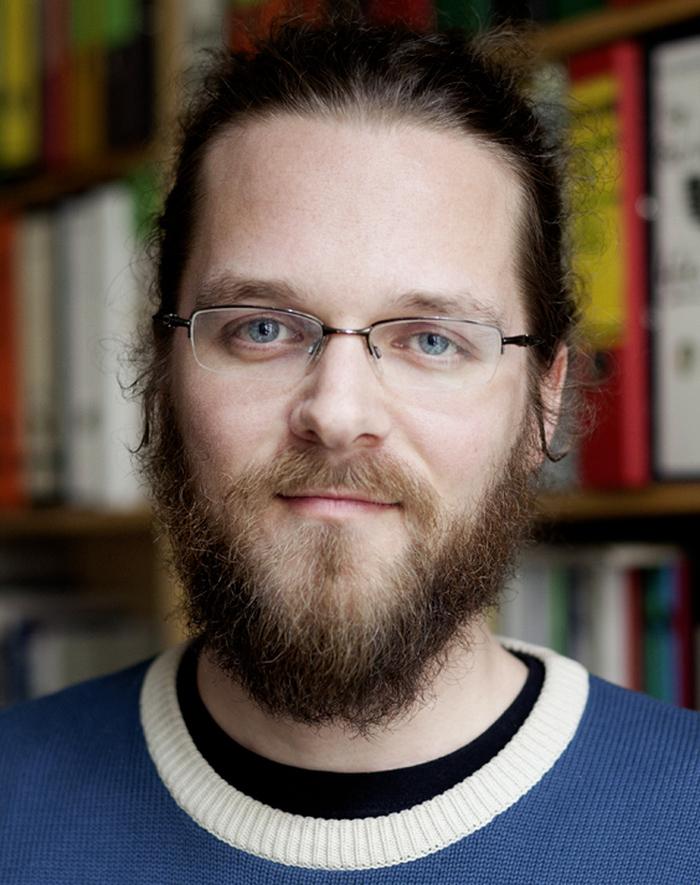 Mann mit Vollbart und Brille