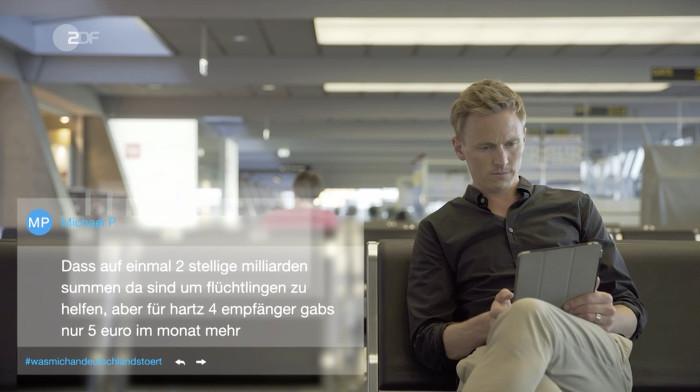 Blonder Mann in heller Hose und blauem Hemd sitzt auf einer Bank in einem Flughafen-Terminal und liest Tweets auf seinem Tablet