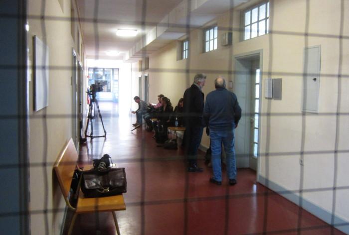 Journalisten warten im Landgericht Hamburg
