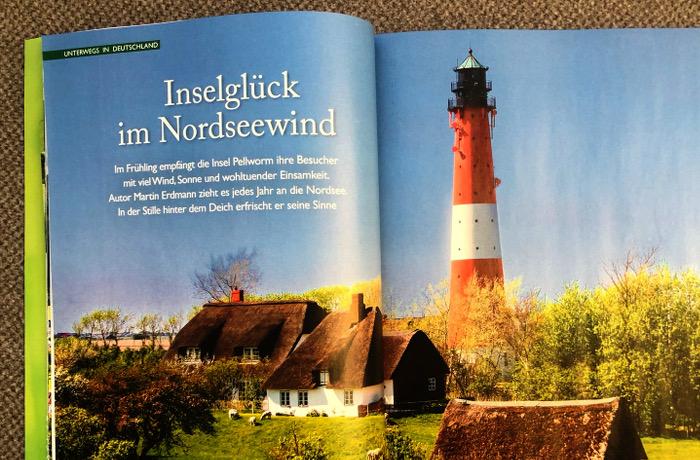 """Blick auf ein Haus und einen Leuchtturm an der Küste, Schlagzeile: """"Inselglück im Nordseewind"""""""