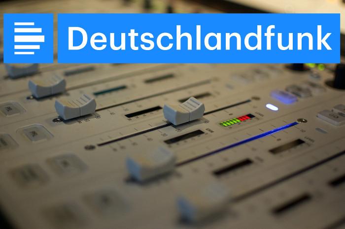 Nahaufnahme eines Mischpults und Logo des Deutschlandfunks