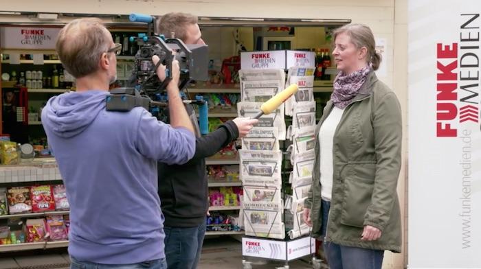 Standbild aus dem Imagefilm der Funke Mediengruppe: Ein Funke-Kamerateam filmt ein Kamerateam, das eine Kiosk-Betreiberin filmt.