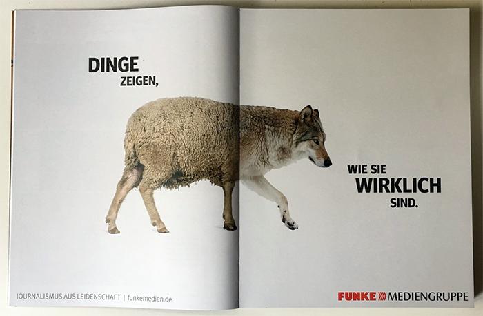 """Eine doppelseitige Anzeige der Funke-Mediengruppe in einem Magazin: In der Mitte der Seite ist ein Tier, das Hinterteil ist ein Schaf, der Vorderteil ein Wolf. Dazu der Slogan: """"Dinge zeigen, wie sie wirklich sind."""" Und etwas kleiner am unteren Seitenrand: """"Journalismus aus Leidenschaft. Funke Mediengruppe"""""""