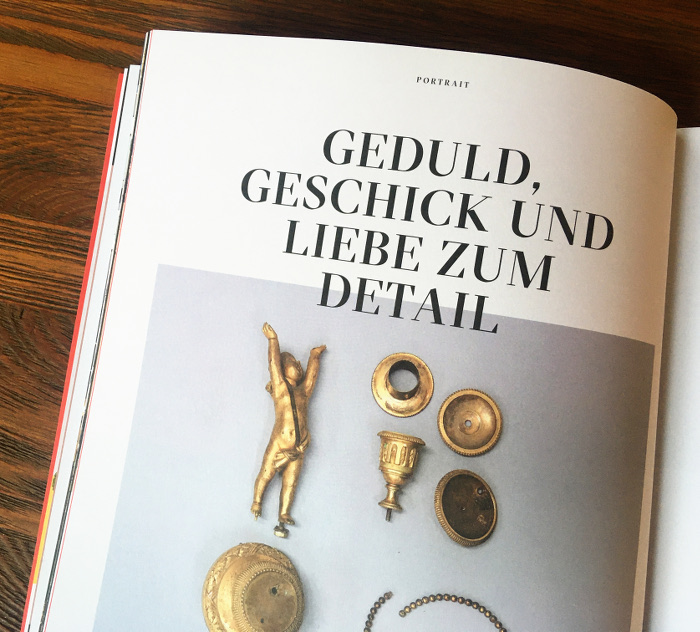 Antike goldene Gegenstände, etwa eine kleine Figur, ein Kerzenhalter.
