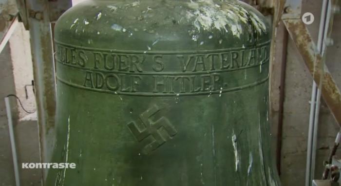 """Kirchenglocke mit der Aufschrift: """"Alles fuers Vaterland – Adolf Hitler"""""""