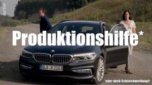 Zwei Ermittler steigen aus einem BMW aus.