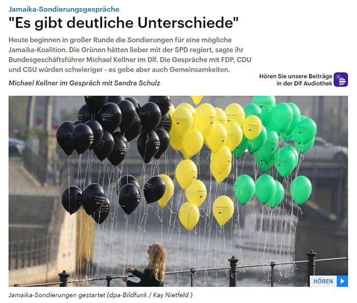 Schwarze, gelbe und grüne Luftballons, die an einem Geländer festgebunden sind