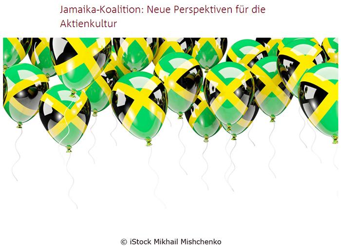 An der Decke schwebende Luftballons mit aufgedruckten Jamaika-Flaggen