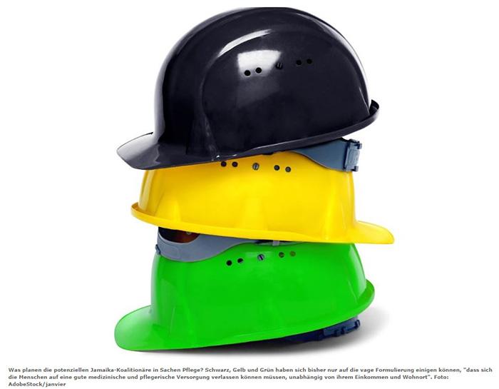 Schwarzer, gelber und grüner Bauarbeiterhelm übereinander gestapelt