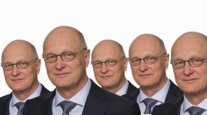 Fünf mal derselbe Mann mit Glatze und Brille.