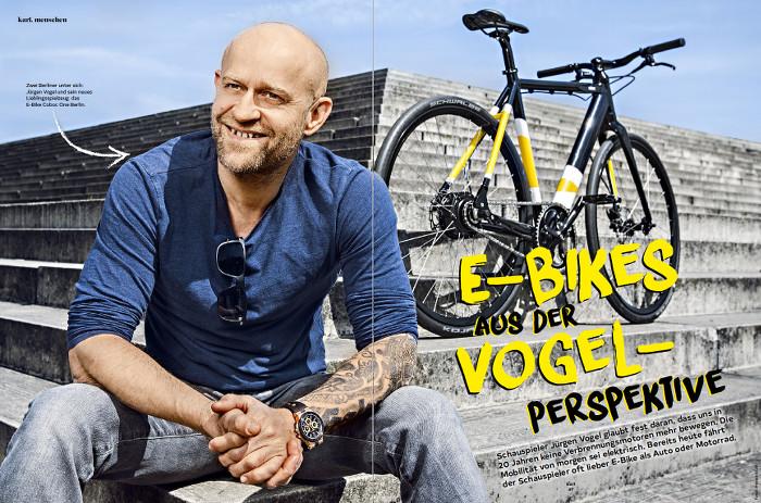 """Jürgen Vogel sitzt auf einer Treppe, dahinter sein E-Bike. Überschrift: E-Bikes aus der Vogelperspektive"""""""