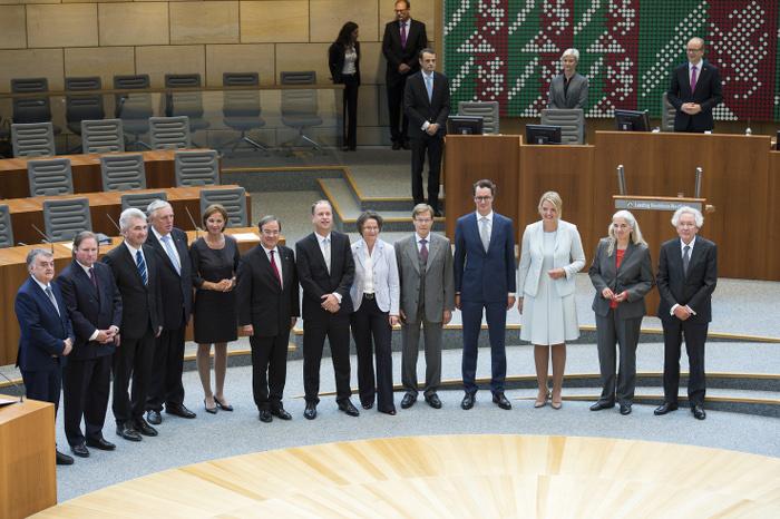 13 Männer und Frauen stehen im Halbkreis im Landtag Nordrhein-Westfalen in Düsseldorf.
