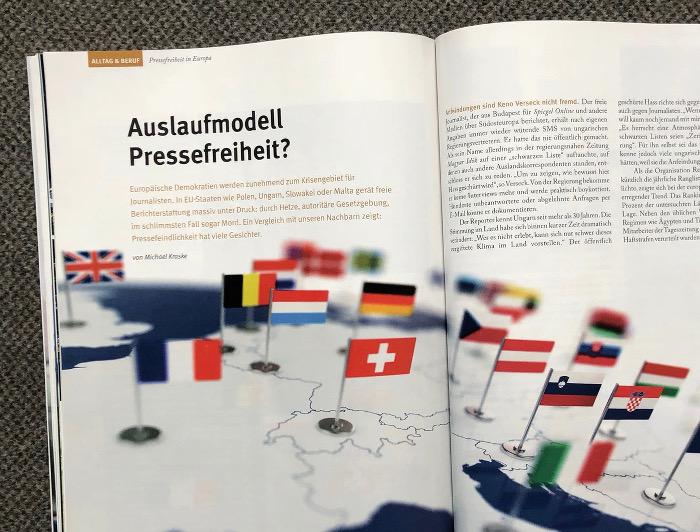 Doppelseite mit einer Weltkarte, auf der Länderfahnen stehen.