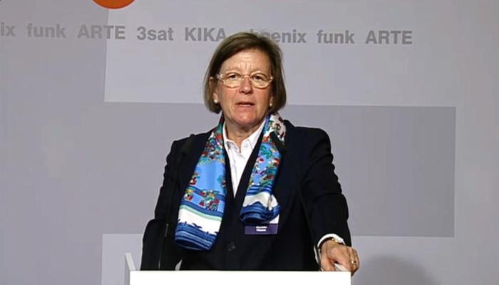 ZDF-Fernsehratsvorsitzende Marlehn Thieme an einem Stehpult.