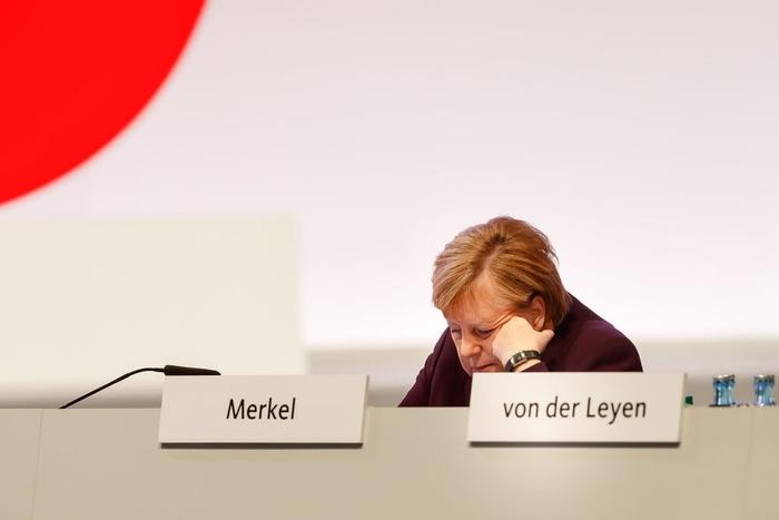 Angela Merkel auf dem CDU-Parteitag, in ihr Handy vertieft