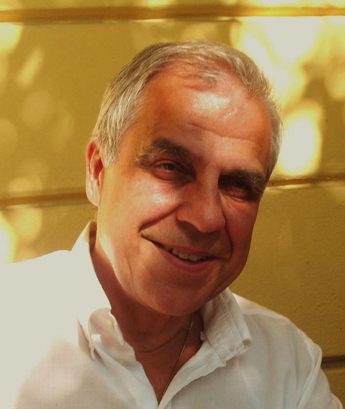 Mann mit grauen Haaren und weißem Hemd