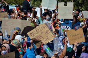 Menschen aus dem Flüchtlingslager demonstrieren dafür, die Insel Lesbos verlassen zu dürfen