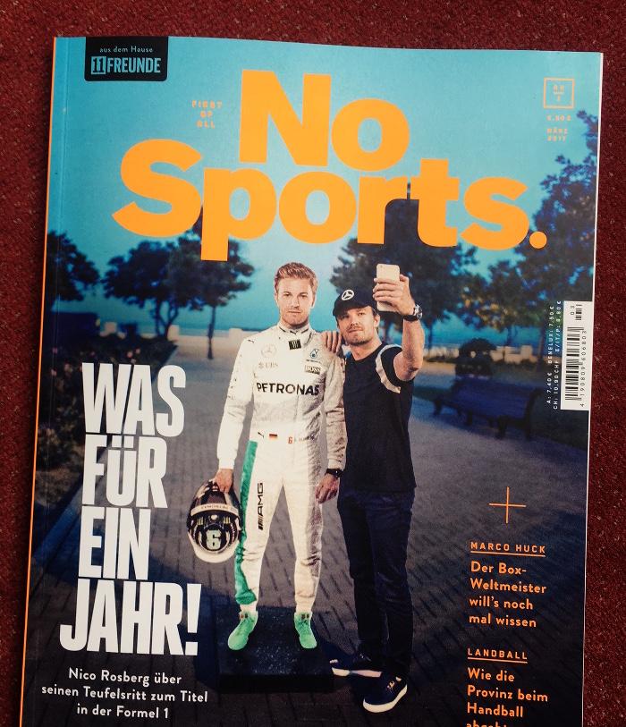 """Titelseite des Magazins """"No Sports"""" mit der Schlagzeile """"Was für ein Jahr!"""" über den Rennfahrer Nico Rossberg, der auf dem Titelfoto ein Selfie von sich selbst macht neben einem Pappaufsteller von sich selbst."""