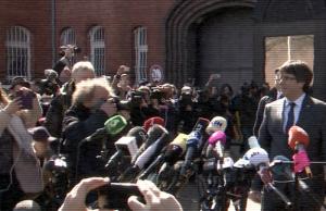 Carles Puigdemont umringt von Kameras, Mikrofonen, Journalisten vor der JVA Neumünster