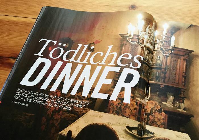 """Ein Raum mit einem gedeckten Tisch, dazu die Überschrift: """"Tödliches Dinner"""""""