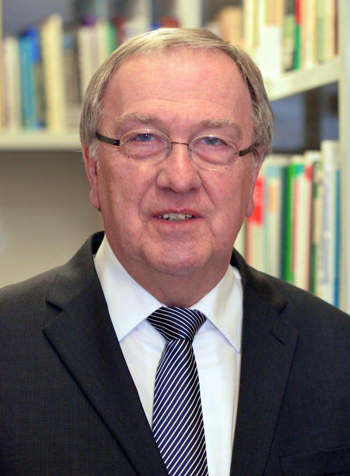 Älterer Mann mit Brille, Anzug und Krawatte
