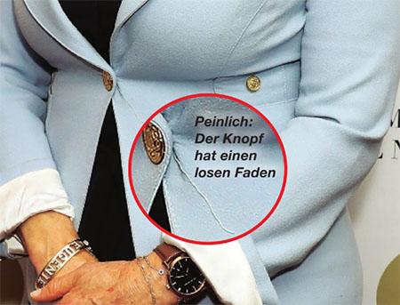"""Ein vergrößertes Foto des Knopfes an ihrem Blazer, dazu die Bildunterschrift: """"Peinlich: Der Knopf hat einen losen Faden"""""""