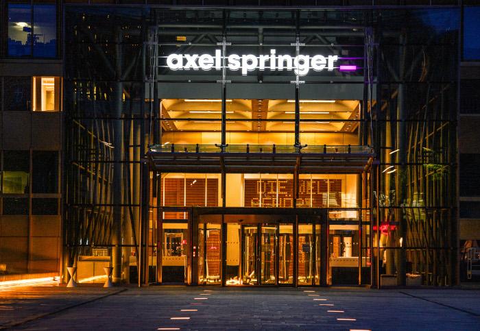 Neues Logo am Axel Springer Gebäude in Berlin