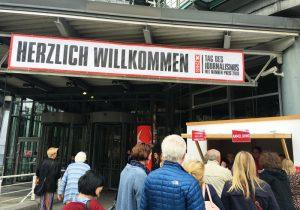Menschen stehen am Eingang zum Verlagshaus von Gruner+Jahr Schlange.