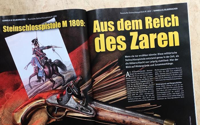 """Unter der Überschrift """"Aus dem Reich des Zaren"""" ist eine alte Schusswaffe zu sehen, eine """"Steinschlosspistole M 1809"""", außerdem eine alte Zeichnung, auf der ein Reiter diese Waffe benutzt."""