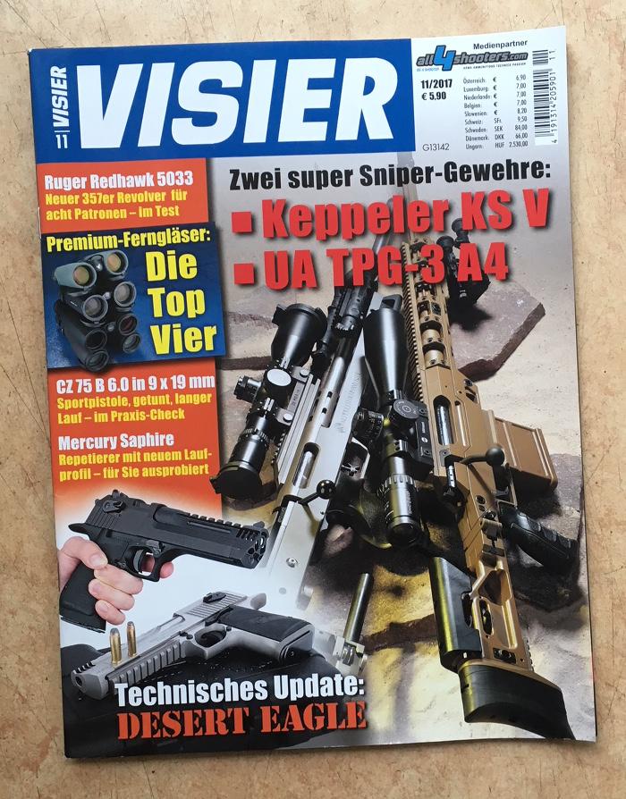 """Unter dem Tite """"VISIER"""" sind mehrere Gewehre zu sehen, eine Hand, die eine Waffe hält, und eine weitere Waffe, die liegt. Schlagzeile unter anderem: """"Zwei super Sniper-Gewehre"""""""
