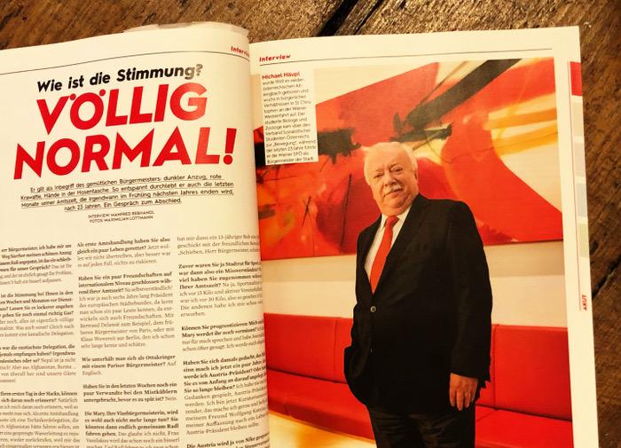 """Linke Seite Text mit der Überschrift """"Wie ist die Stimmung? VÖLLIG NORMAL!"""", rechts Foto eines grauhaarigen Mannes im Anzug mit roter Krawate"""